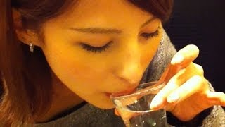Японка-полукровка сексуально пьет охлажденное саке