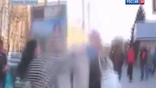 Пожилую женщину пытаются избить за критику майдана