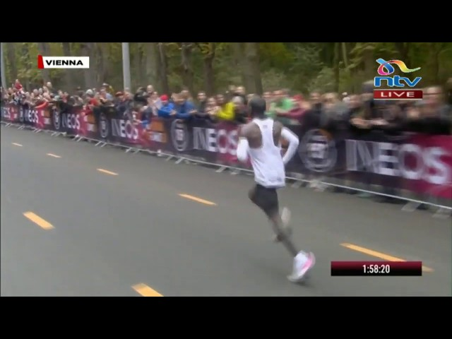 Kipchoge breaks away from the pacesetters in Vienna