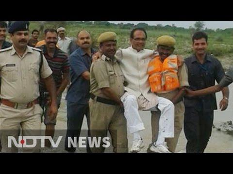 Shivraj Singh Chouhan gets a 'lift' from policemen in flood-hit Panna