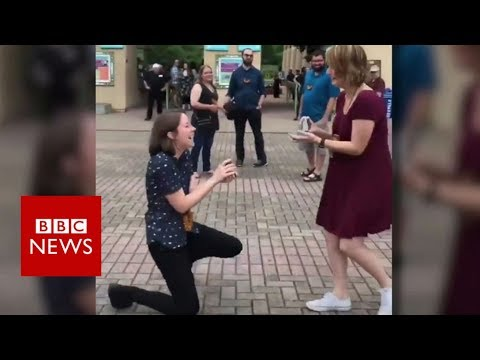 Double marriage proposal video goes viral - BBC News