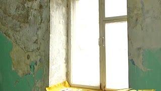 видео Что делать, если в доме начала течь крыша и рушится потолок?