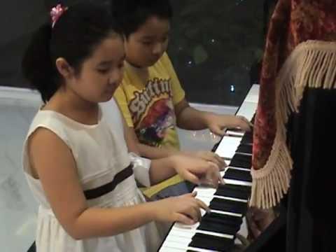 Jingle Bells piano 4 hands 1 leg Tom Mae