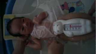 2012/4/14産湯 2回目で余裕が出たので沐浴撮影。 新生児ポルノ では あ...
