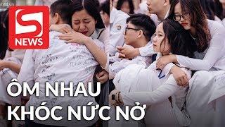 Học sinh ôm nhau khóc nức nở nói lời tạm biệt tuổi học trò