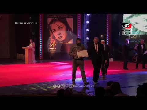 محمود حميدة يكرم أحد الفائزين بمهرجان الإسكندرية السينمائي
