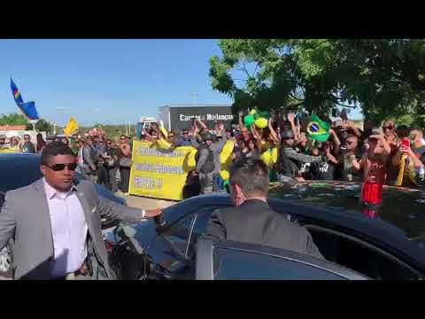 Bolsonaro é recebido com festa e aos gritos de Mito em Pernambuco