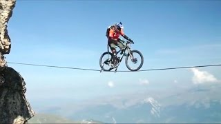 Un audaz ciclista montó su bicicleta por la cuerda floja a 120 metros de altura - 15 POST