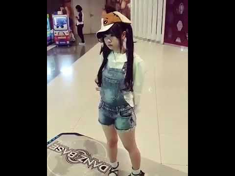 Kawaii Loli Dancing in Real Life !!