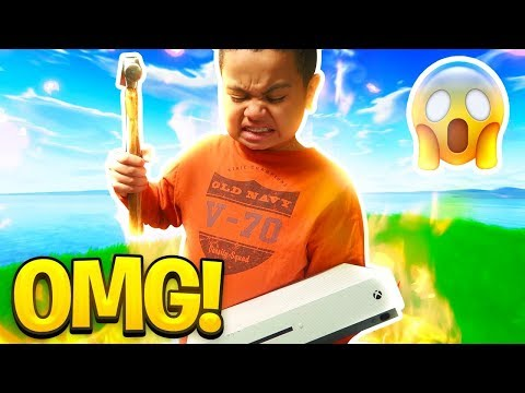 MY LITTLE BROTHER RAGES SO HARD ON FORTNITE THAT HE DESTROYS HIS XBOX FORTNITE FUNNY MOMENTS 😂
