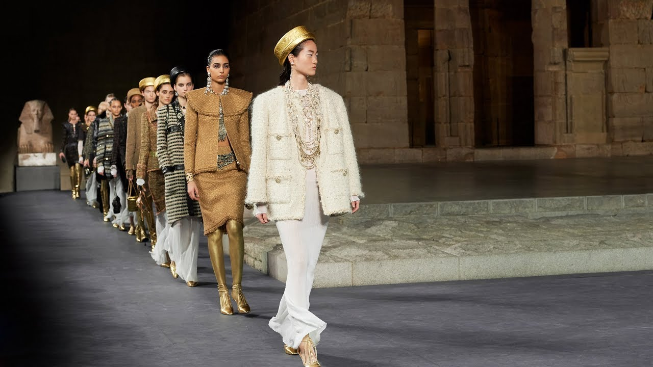 Chanel Presents Egyptian Themed Collection Around The Met S Temple Of Dendur Youtube