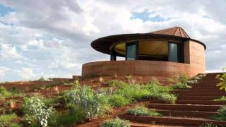 12 Stunning Zigzag Homes Hide Behind Australia's Longest Rammed Earth Wall