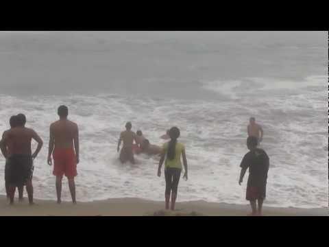 Rescate a bañista en playa Punta Rocas - Punta Negra