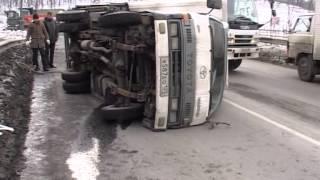 В Снеговой пади эвакуатор опрокинул буксируемый грузовик(, 2015-01-30T04:11:31.000Z)