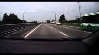 سائق يهاجم اخر بمسدس واخر يصدم بابه المفتوح