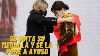 """Nacho Cano hace llorar a Ayuso, se quita su medalla y se la devuelve: """"Valiente, te la mereces tú"""""""
