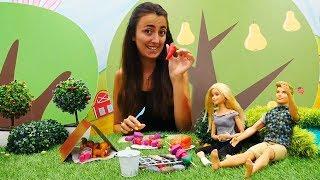 Barbie ailesi ve Sevcan piknikte. Yemek yapma oyunu