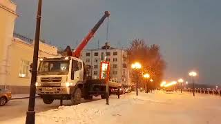 В Екатеринбурге телефонную будку погрузили и увезли вместе с человеком внутри