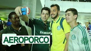 AEROPORCO - Palmeiras é recebido com festa em Brasília