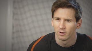 Messi enseña a jugar futbol