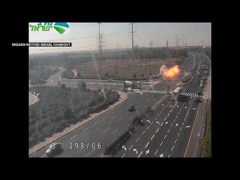 شاهد لحظة سقوط صاروخ فلسطيني على إحدى الطرق السريعة في إسرائيل…  - نشر قبل 3 ساعة