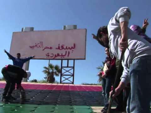 """Libye: les habitants de Benghazi peignent leur """"nouveau"""" drapeau"""