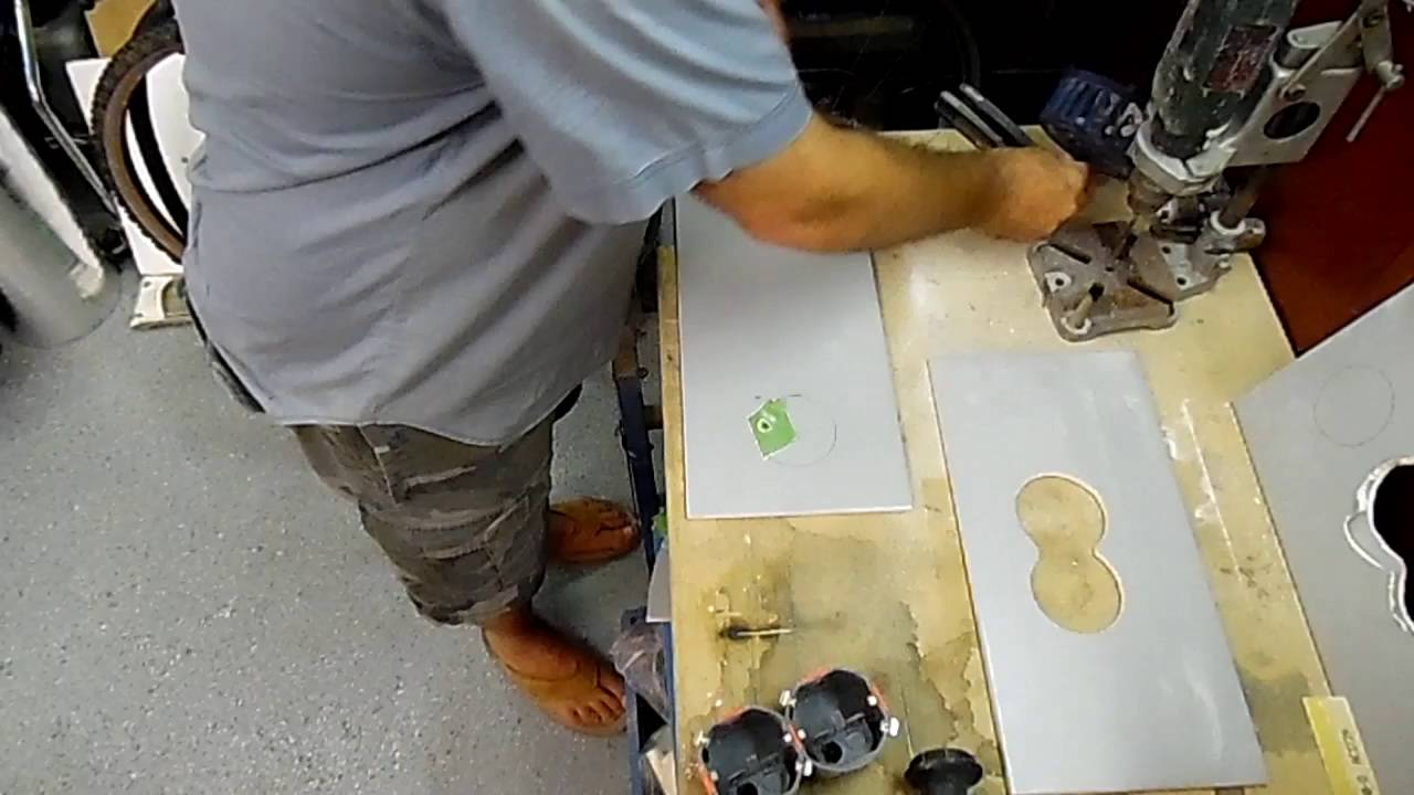 Decoupeerzaag Voor Tegels : Gat voor inbouwdoos in tegel zagen youtube