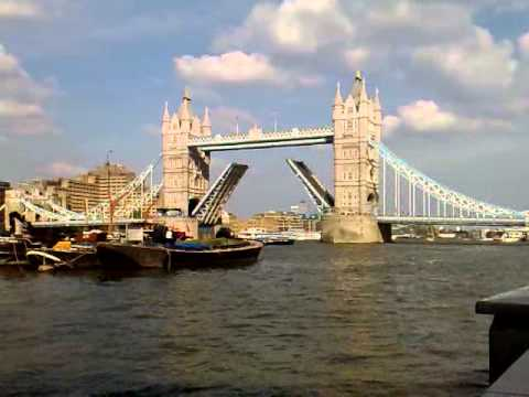 London Bridge Opening allowing for ships