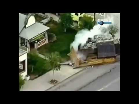 Бронированный бульдозер разрушил в США целый город.