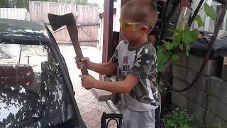 Макс разбивает лобовое стекло