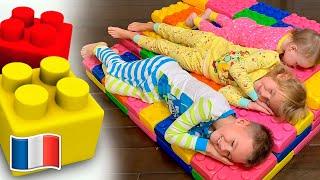 Cinq Enfants jouent avec des blocs de couleurs de jouets