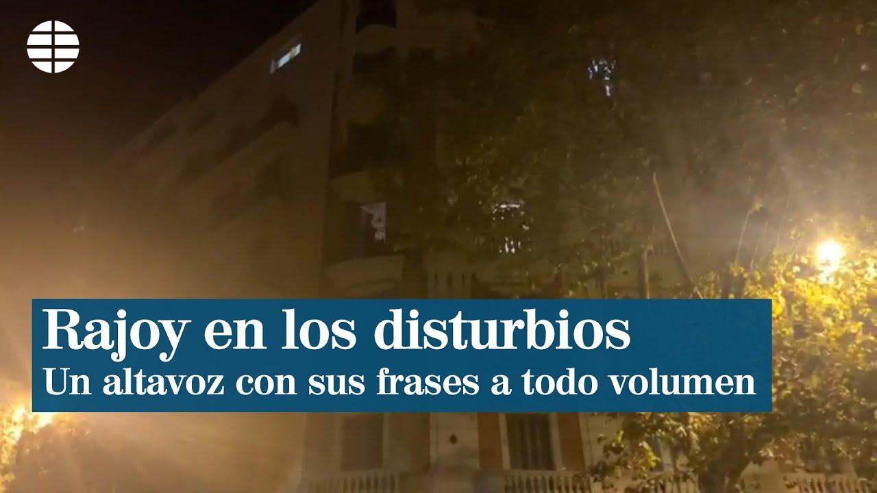 Un Altavoz Con Frases De Rajoy En Plena Noche De Disturbios