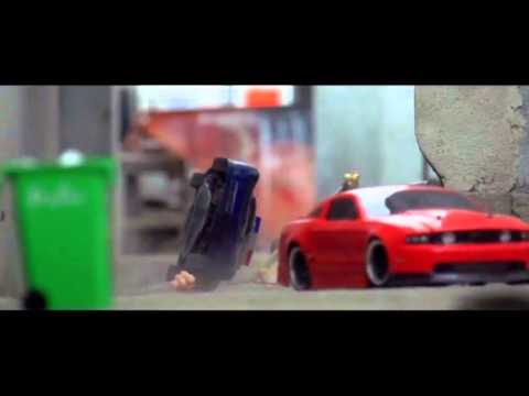 Ấn tượng clip rượt đuổi tốc độ cao của... xe đồ chơi điều khiển từ xa