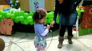 Rebeca de 2 anos cantando
