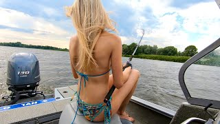 Когда взял девушку на рыбалку! Рыбалка на сома! fishing girls