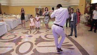 Download Танцевальный батл на свадьбе. Ржака. Таких движений ещё не видели, танец жениха Mp3 and Videos