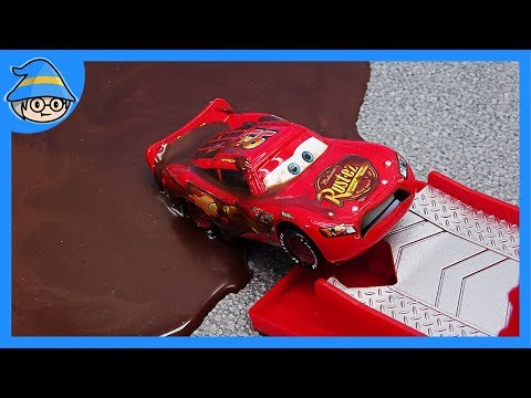 Disney Lightning McQueen fall into Chocolate pond. Tayo the little bus take him to the car wash.
