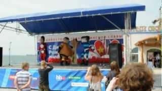 Герои АльянсТелеком танцуют на сцене
