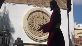 Procesión Gamarra 2017. Cristo por delante del escudo de las Hijas de Jesús.