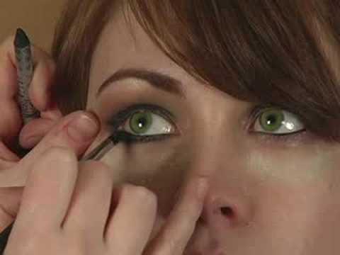 Applying Smokey Eye Makeup : Applying