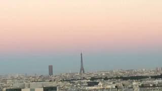 Paris La pleine Lune la Tour Eiffel et le Ciel Jaune rose bleu