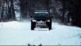 Suzuki Grand Vitara vs. Sněhová kalamita - Roadlook TV(Když se vám zachce kompaktního SUV, narazíte na takový výběr, až se vám z toho zatočí hlava. Můžete mít SUV relativně laciné, můžete mít SUV luxusní a ..., 2009-10-15T09:29:31.000Z)