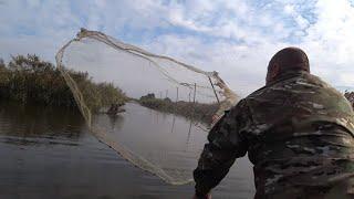 Рыбалка Кастинговой сетью с резиновой лодки на Бесконечных каналах