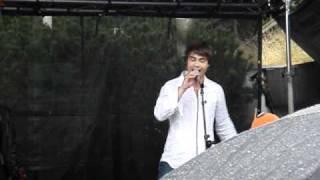 Alexander Rybak synger