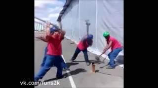 Четыре рабочих с кувалдами забивают один кол