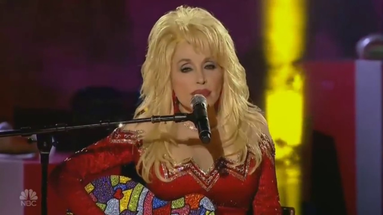Nbc Christmas Of Many Colors.Dolly Parton Chills Rockefeller Center With Remarkable