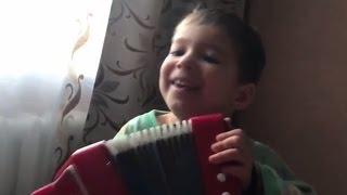 Дети с утра пришли будить родителей! Ваня и Аделина играют на гармошке и поют песни