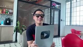 Khánh Phương livestream khui nút Bạc Youtube của kênh Khánh Phương Tube