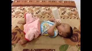 Video Lucu - Anak Bayi Mimi Susu