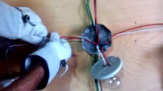 Instalar 3 lámparas en paralelo con 2 interruptores de escalera (método de puentes) y 2 contactos.